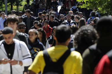 A crowd of UIC students on campus