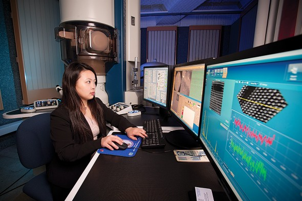 Qiao Qiao works on the electron transmisson microscope
