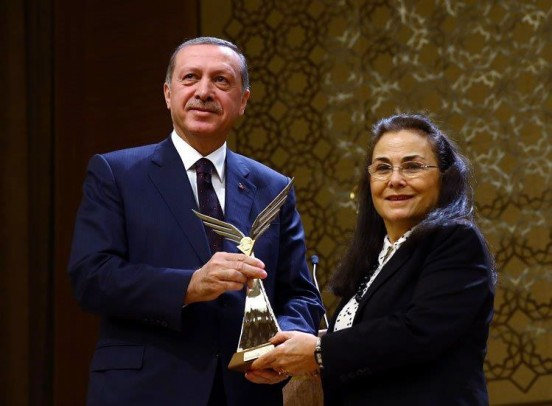 "Hayat Onyuksel receives ""The Special Prize"" award from the Turkish Republic"