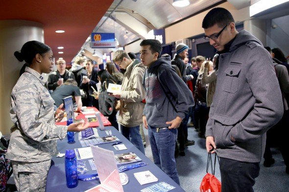 Students gather information about campus at UIC Ignite