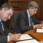 Cuauhtémoc Cárdenas Solórzano, Mexico City secretary of foreign affairs, and Michael Redding, UIC executive associate chancellor for public and government affairs, sign an agreement for cultural and academic collaboration